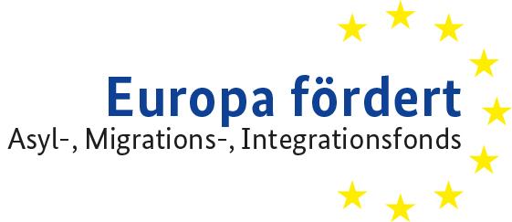 """Logo Europa fördert: Schriftzug """"Europa fördert"""" – darunter steht in kleinerer Schrift: Asyl-, Migrations-, Integrationsfonds Auf der rechten Seite umschließt ein Dreiviertelkreis aus neun gelben Sternen den Schriftzug."""